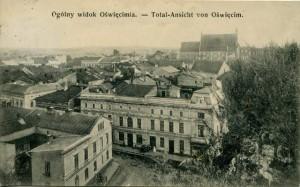 Karta_pocztowa_z_1908_r._Na_pierwszym_planie_kamienica_rodziny_Haberfeldów,_mieszcząca_się_tuż_obok_zabudowań_fabrycznych.-001